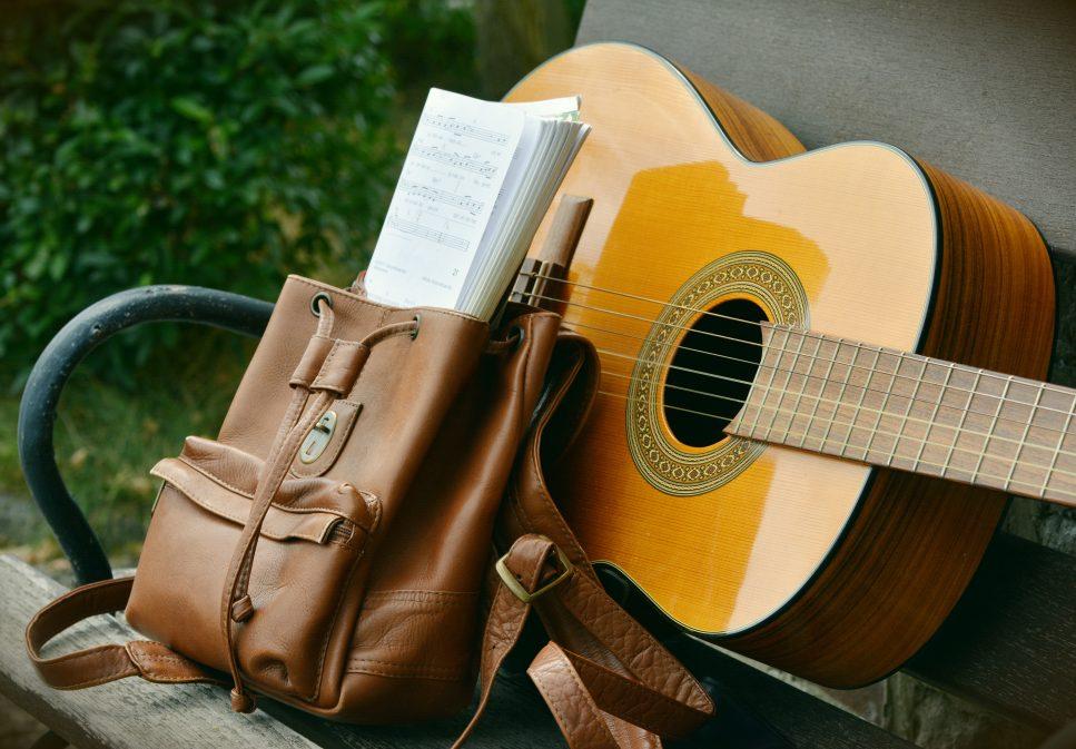 gitarre-auf-parkbank-mit-noten