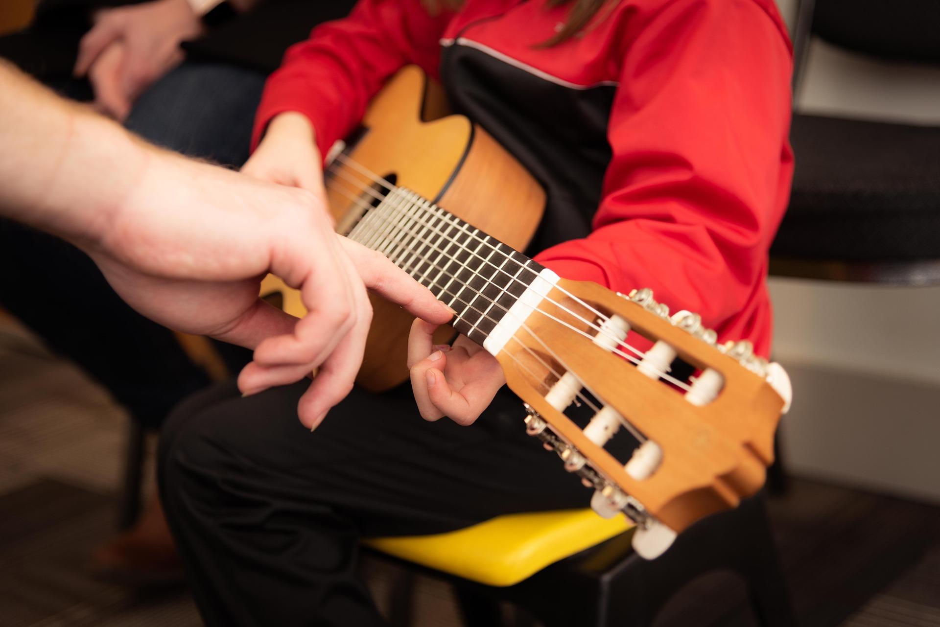 Kind hält Gitarre
