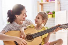 Mutter Kind spielen zusammen Gitarre