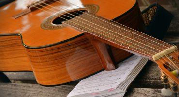 Gitarre auf Notenheft