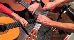 Händekreis an Gitarre und Ukulele