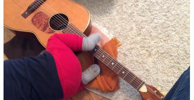 Krabbelkind-Gitarre