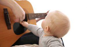 Baby-Hand-an-Gitarre